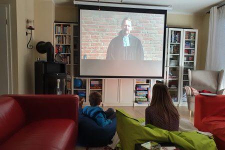 Streaming Gottesdienst Wohnzimmer