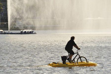 Radfahrer auf dem Wasser