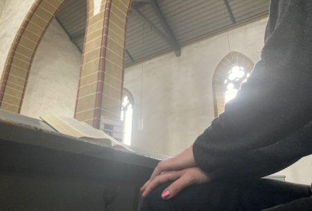 Sitzen in Kirchenbank