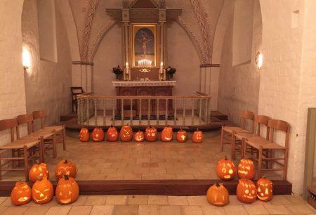 Kürbisse im Altarraum